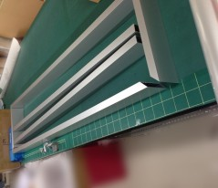 まずは看板枠の骨組みから組み立てを行います。 素材はアルミで四ツ角は立落としでの製作にしました。