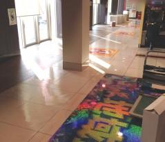 施工開始です。 清掃、下処理、墨出し、糊付けを行いカーペットを敷いていきます。