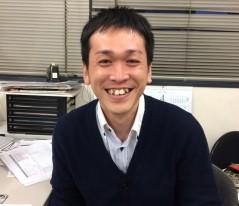1.写真を見て人物の特徴を観察する。福山氏の場合はおでこと八重歯でしょうか!?