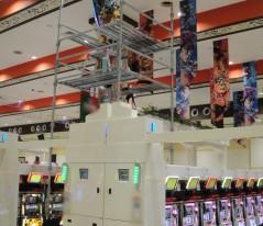 天井高が3段の階層になっているのでローリングタワーの高さも変えながらの作業です