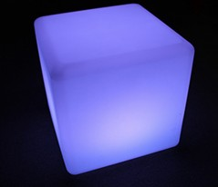 Crystal Cube クリスタルキューブ  定価:      49,600円 特別販売価格:  34,000円  発光カラー16色:レッド・バーミリオン・オレンジ・ダークイエロー・イエロー・グリーン・ピーグリーン・ライトブルー・スカイブルー・シアン・ブルー・ダークブルー・バイオレット・パープル・ピンク・ホワイト  点灯・点滅パターン:4種類  サイズH:400mm W:400mm D:400mm 総耐荷重 80kg 充電時間:約5時間 点灯時間:約8時間   付属品充電器・リモコン  使用方法 充電後、本体裏のスイッチかリモコンでON。OFFにする場合はリモコン操作で行います。  税別・送料別